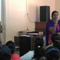 A participant summarizing her experience of the workshop at Little's, Fatorda.