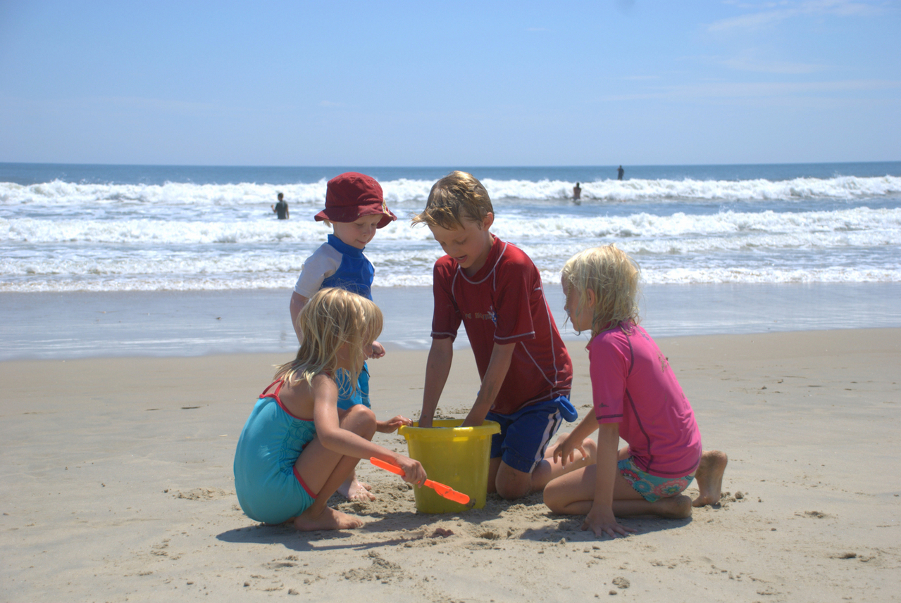 kids-on-family-beach-vacation-2-1246834-1279x856